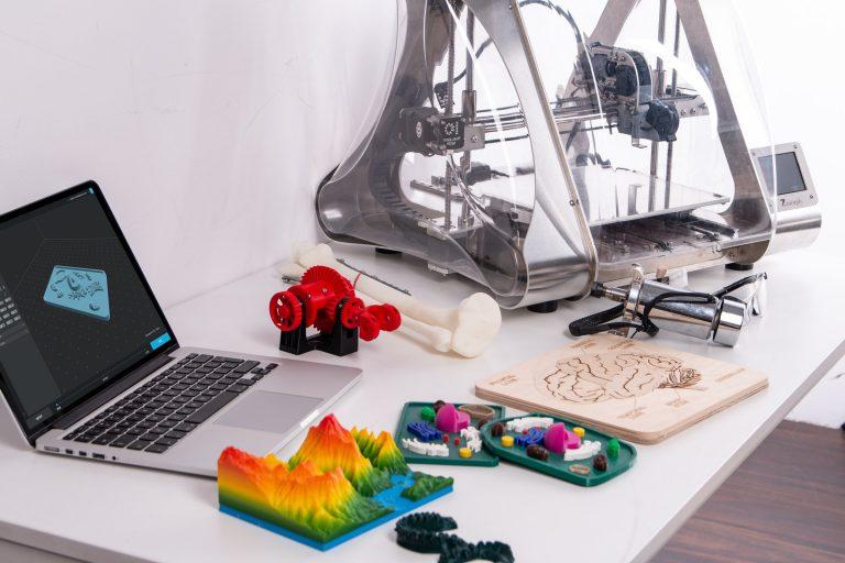 Escritorio con impresora 3D y portátil