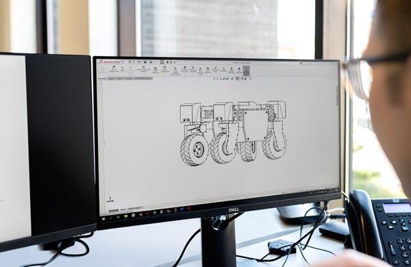 Trabajando con un monitor de diseño con SolidWorks, diseñando un robot todoterreno